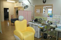 診察室はプライバシーを考慮し パーテイションで囲まれています。